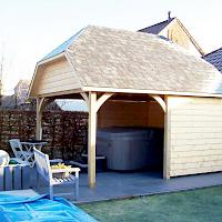 Carport model Croft fungeert als overkapping voor spa